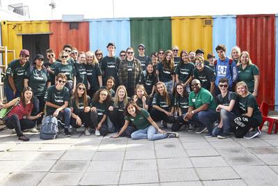 Un gruppo di volontari che si sono uniti ad un programma di volontariato per ragazzi in Sudafrica