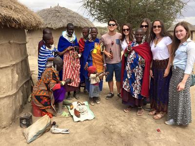 Giovani in visita ad un villaggio Masai durante il periodo di volontariato in Africa