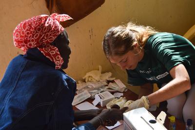 Una volontaria italiana impegnata in progetto di medicina durante il suo periodo di volontariato in Africa