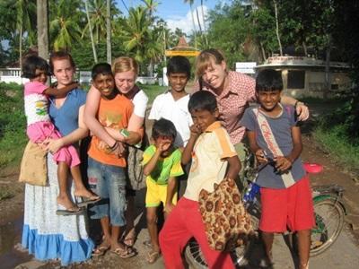 Volontarie in India con bambini del luogo
