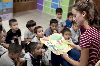 Una volontaria impegnata in attività con i bambini durante il suo viaggio di volontariato in Sud America