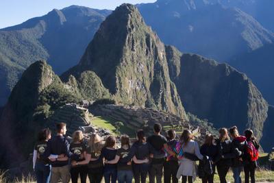 Un gruppo di volontari di Projects Abroad visitano il Machu Picchu durante il loro viaggio di volontariato in Sud America
