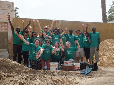 Un gruppo di volontari partiti per un'esperienza di volontariato internazionale in Africa.